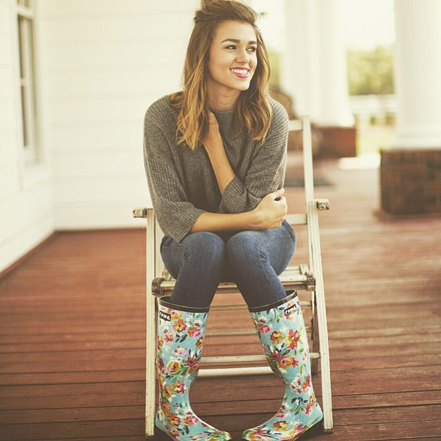 Sadie Robertson Delivers Roma Rain Boots To Children In